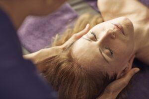 Frau bekommt eine ayurvedische Behandlung im Giardino Ascona